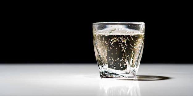 Bevanda effervescente fredda in un bicchiere o in un bicchiere su un bancone bar riflettente