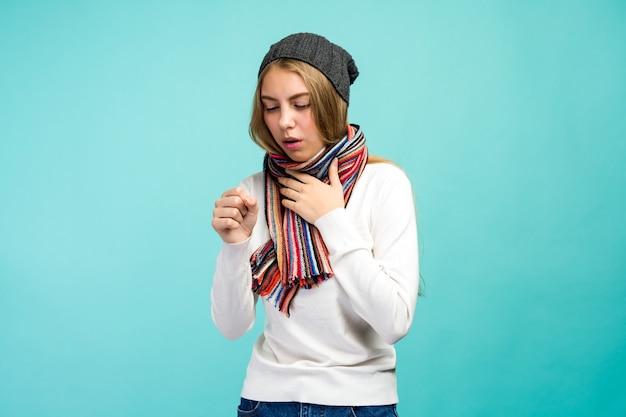 Raffreddore e influenza. ritratto di bella ragazza teenager con tosse e mal di gola sensazione di malessere