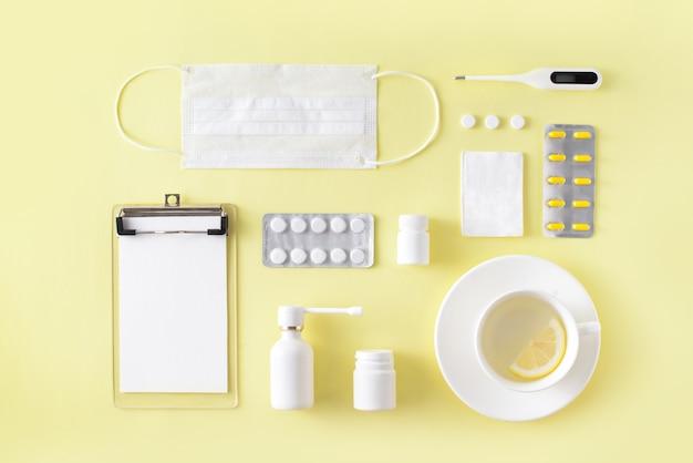 Trattamento per raffreddore e influenza impostato su sfondo giallo semplice