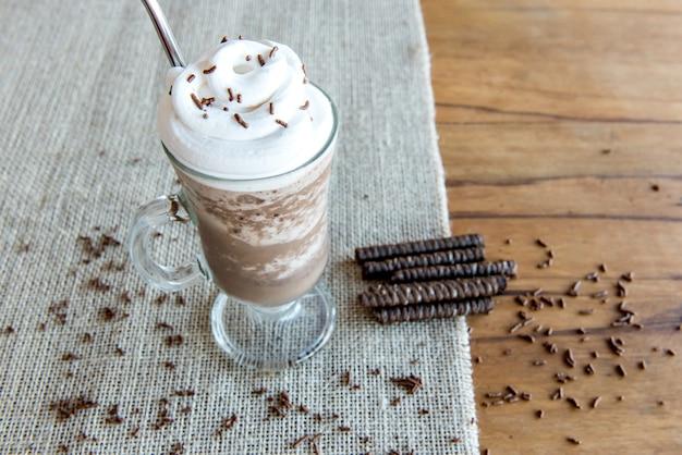 Frappè freddo al caffè con panna montata. frappuccino ghiacciato.