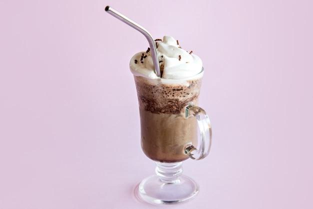 Frappè freddo al caffè con panna montata. fondo rosa con frappuccino ghiacciato.