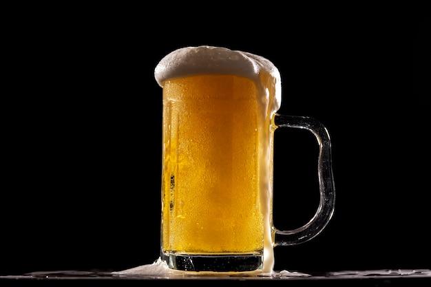 Una birra fresca e fredda davanti a un muro nero