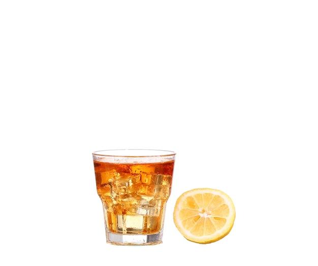 Bicchiere freddo di tè freddo con cubetti di ghiaccio, isolato su sfondo bianco con tracciato di ritaglio