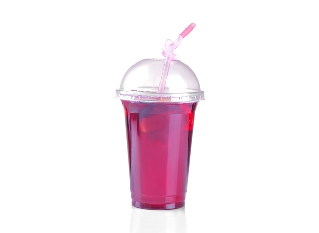 Tè freddo di karkade in un bicchiere usa e getta con una cannuccia su uno sfondo bianco isolato