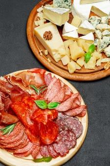 Piatto di formaggi di carne fredda con salame, salsiccia chorizo e vari tipi di formaggio