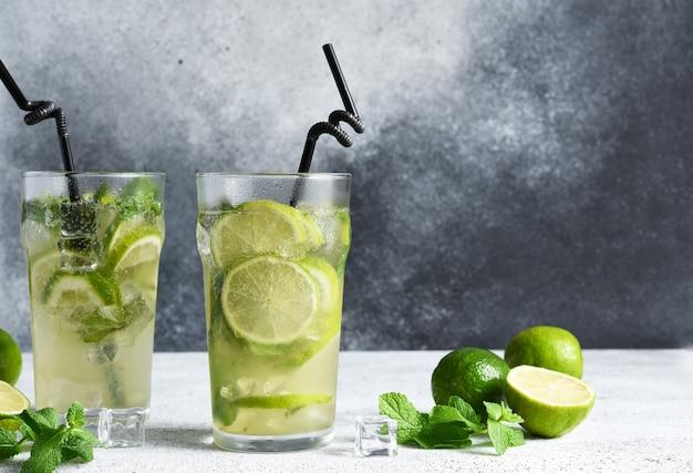 Mojito freddo con menta e lime. un classico drink estivo con rum.