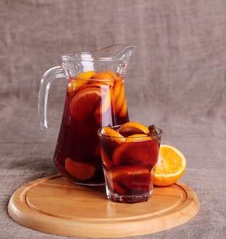 Bevanda rinfrescante fredda dalle bacche in bicchieri sul tavolo di legno