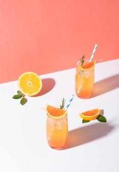 Cocktail di punch all'arancia freddo e rinfrescante con fetta d'arancia su sfondo giallo. bevanda estiva.