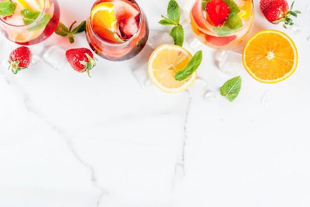 Cocktail di sangria bianca fredda, rosa e rossa