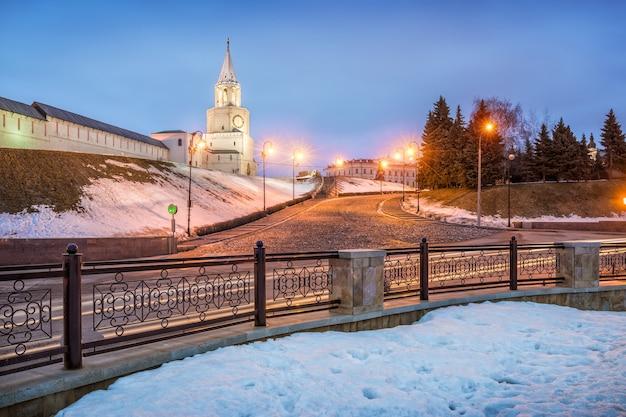 Una fredda sera d'inverno alla torre spassky del cremlino di kazan