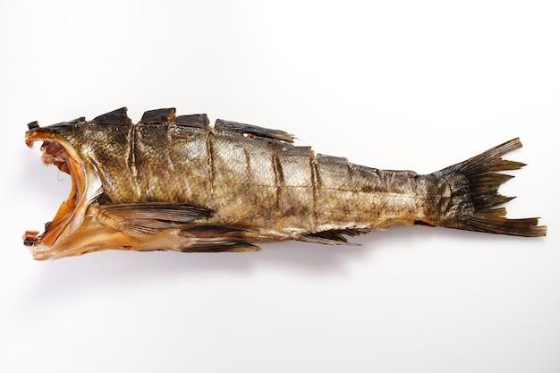 Pesce carpa d'argento affumicato a freddo su sfondo bianco.