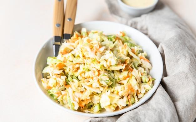 Insalata di insalata di cavolo con cavolo bianco grattugiato carota e rabarbaro