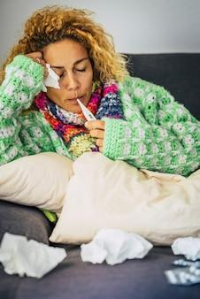 Colf influenza influenza coronavirus pandemia mondiale emergenza contagiosa - malattia malata caucasica donna americana europea a casa in quarantena con febbre e sintomi