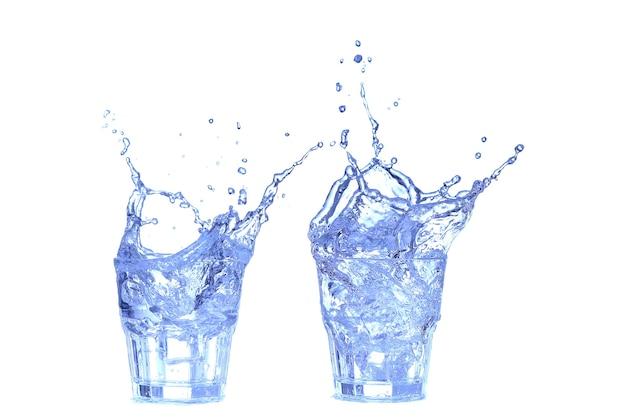 Collage bicchiere d'acqua, ghiaccio e fetta di limone fresco su uno sfondo bianco