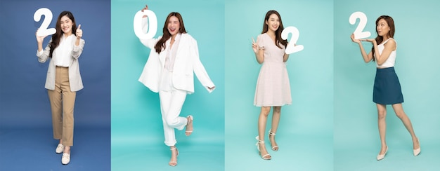 Collage con diverse belle donne asiatiche attraenti che tengono i numeri 2022