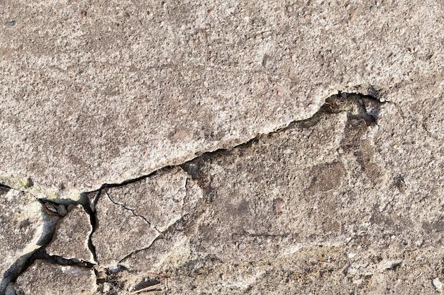 Crollo e parte incrinata delle fondamenta in cemento dell'edificio, primo piano