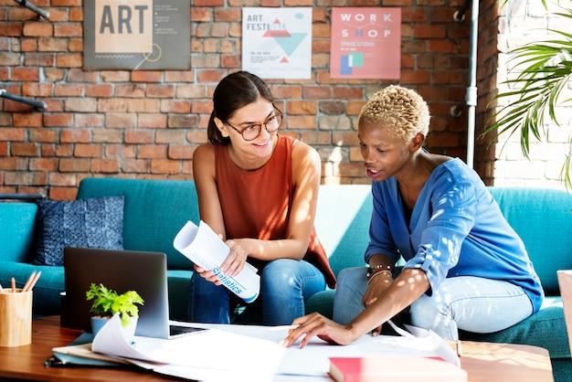 Colleghi che discutono su un piano