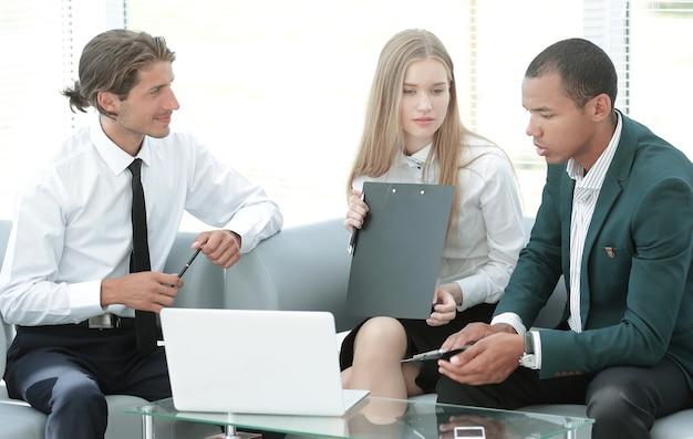 Colleghi che discutono questioni di lavoro in ufficio.