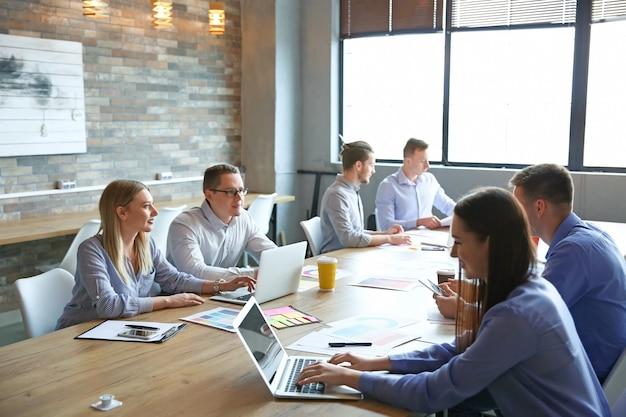 Colleghi durante la riunione di lavoro in ufficio