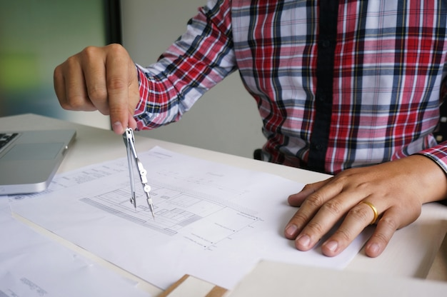 Collezionisti designer d'interni progettista di progettazione aziendale su progetto blu lavoro concetto con bussole