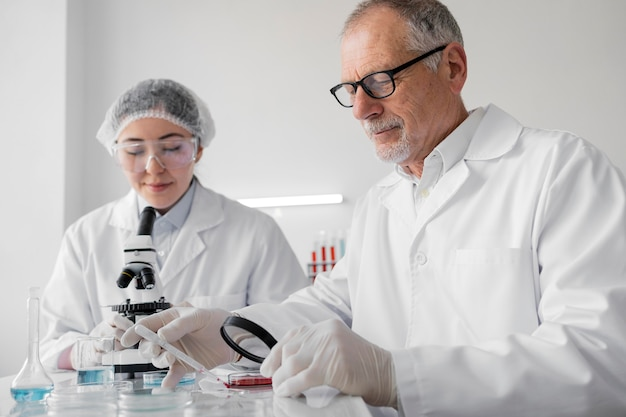 Colleghi in laboratorio che fanno esperimenti