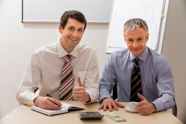 Colleghi al tavolo delle trattative uomini d'affari in una sala riunioni manager al tavolo