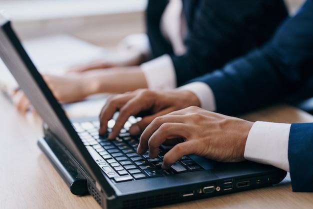 Colleghi seduti davanti a un computer portatile lavorano in squadra funzionari di internet