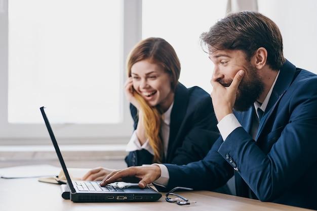 Colleghi seduti davanti a un laptop tecnologie di lavoro di squadra