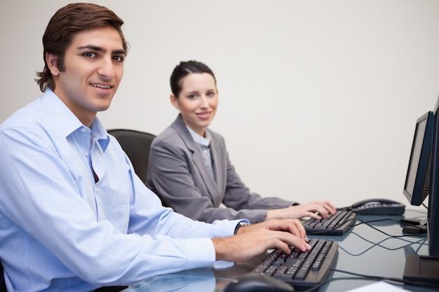 Colleghi che utilizzano i computer in ufficio