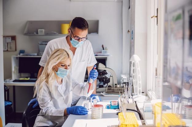 Colleghi che lavorano alla cura per il virus corona.