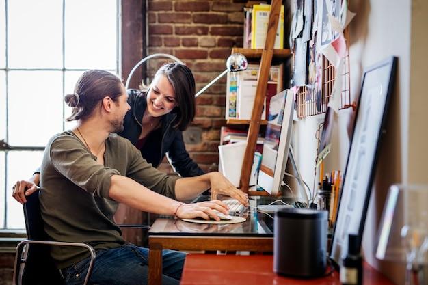 Colleghi che lavorano a un progetto in un ufficio a casa