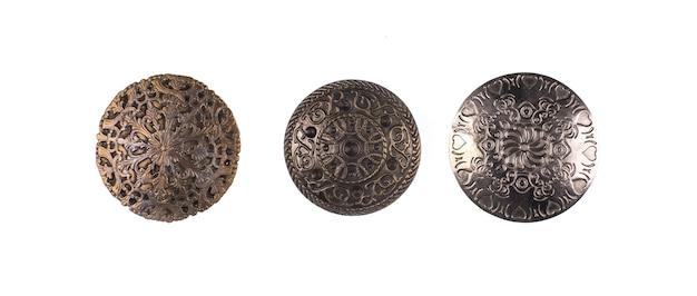 Collezione di antichi scudi isolati su sfondo bianco