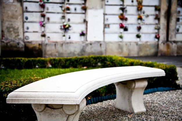 Raccolta di esempi di architetture nei cimiteri europei