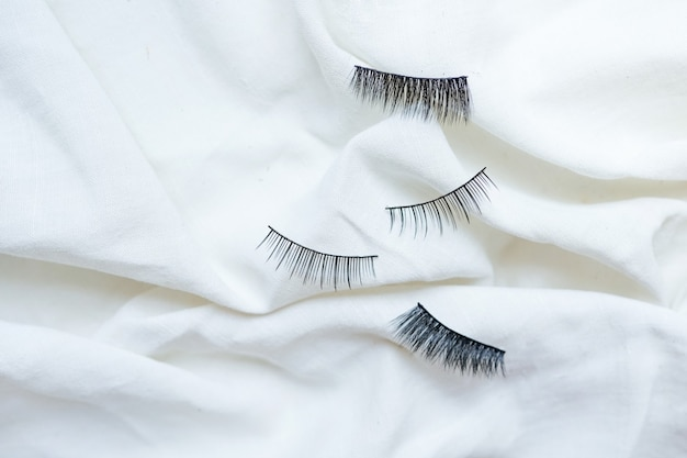 Collezione di ciglia finte nere su fondo bianco cotone cotton
