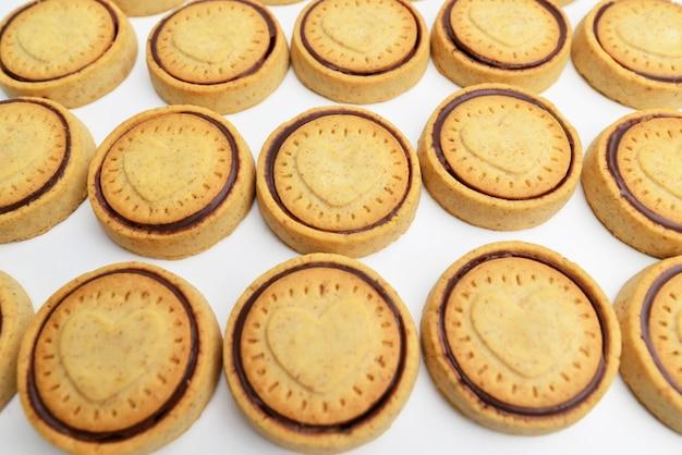 Raccolta di biscotti al cioccolato su sfondo bianco. deliziosi biscotti al cioccolato.
