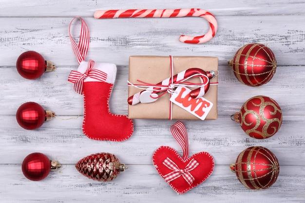 Collezione di oggetti natalizi su tavolo in legno colorato
