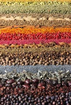 Raccolta di condimenti sparsi sul tavolo. spice wall per la decorazione di etichette