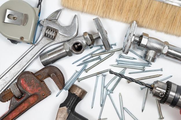 Raccolta di strumenti di costruzione su uno sfondo bianco. riparare il concetto di manutenzione.