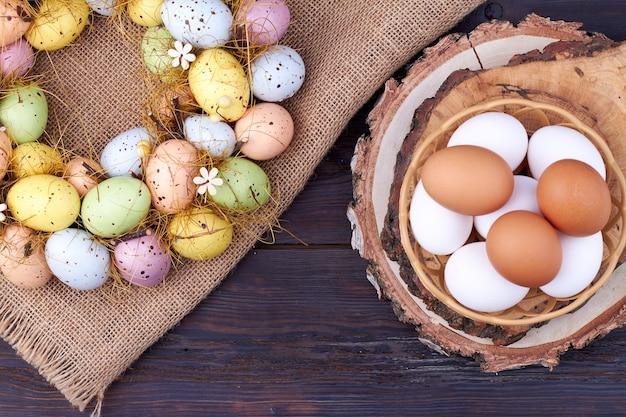 Raccolta di vista dall'alto di uova di pasqua. panno rustico della tela da imballaggio sul tavolo di legno scuro.