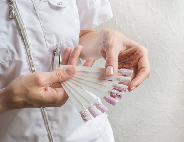 Collezione di unghie dipinte in vari colori con motivo diverso. concetto di nail art.