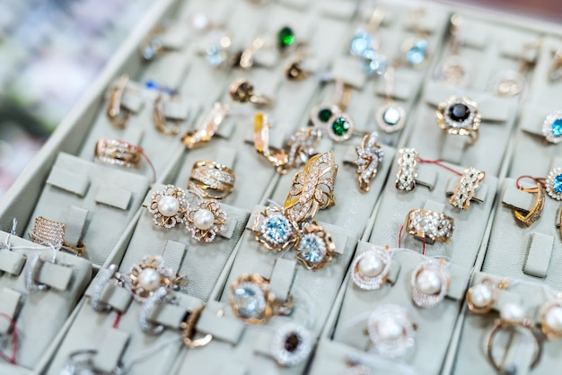 Collezione di gioielli in oro in negozio da vicino