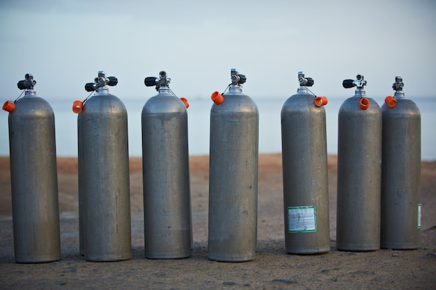 Collezione di bombole di ossigeno grigio per immersioni subacquee.