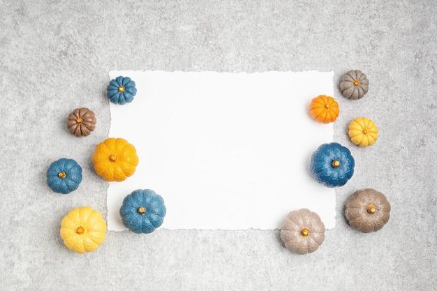 Collezione di zucche in gesso fatte a manosfondo di vacanze stagionali autunnali in colori naturalizucche artigianali fai-da-te per halloween, ringraziamento, decorazione autunnale