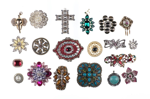 Collezione di spille gioielli isolato su sfondo bianco