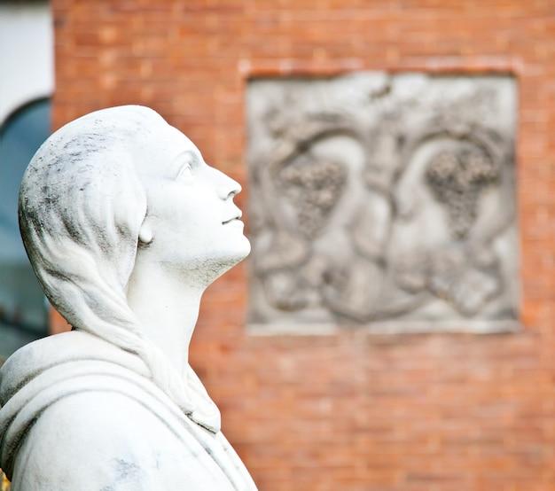 Raccolta degli esempi di architetture più belle e commoventi nei cimiteri europei