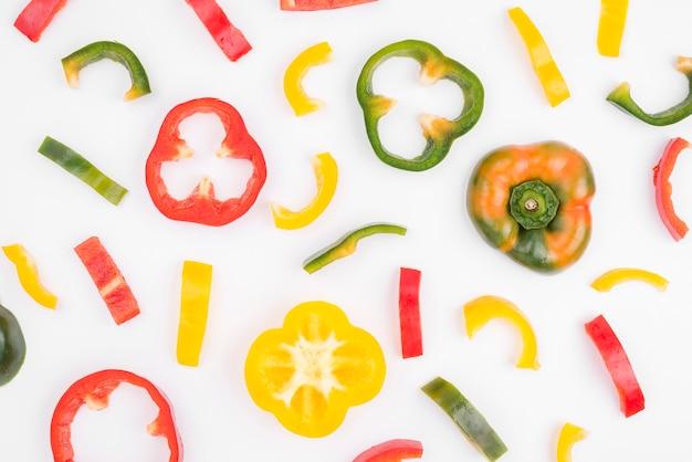 Raccolta di peperoni organici sul tavolo