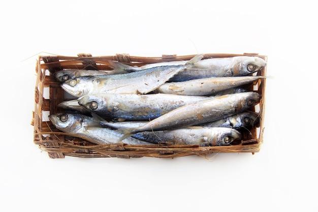 Una collezione di pesce di salem crudo su bambù intrecciato