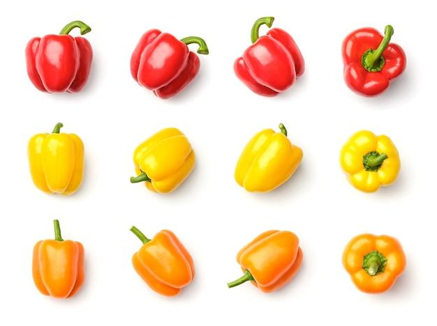 Raccolta di peperoni rossi, gialli e arancioni isolati