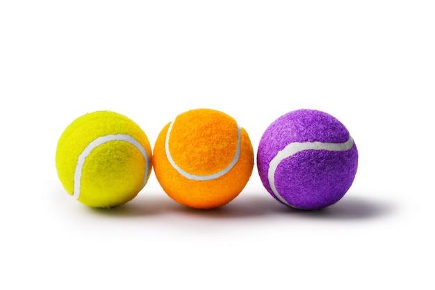 Raccolta di palline da tennis su sfondo bianco