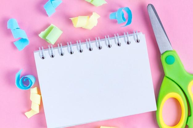 Collezione di carta e quaderno strappati e colorati